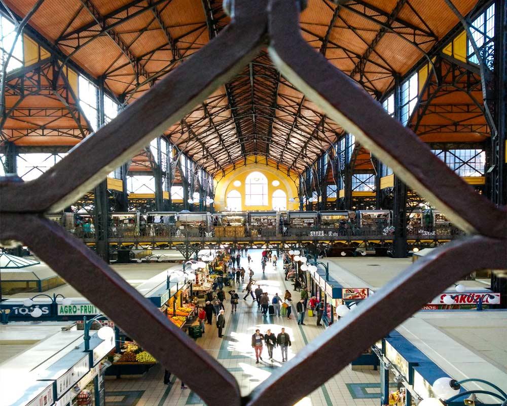 vista dall'alto sui banchi del mercato di budapest