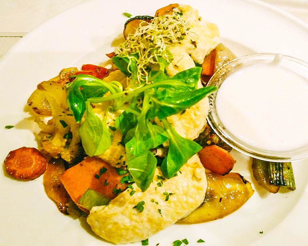 piatto vegano senza glutine con verdure saltate, tofu e salsa a budapest a napfenyes