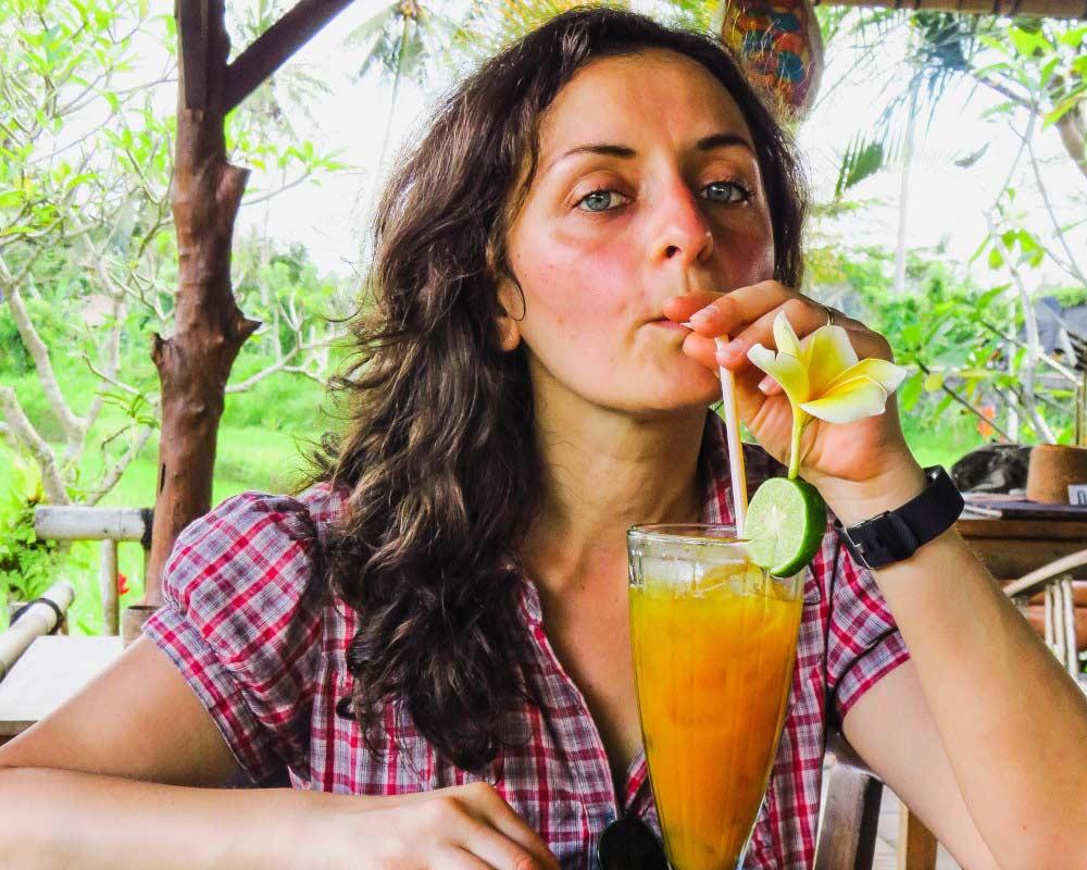 ragazza che beve un cocktail a karsa ubuda
