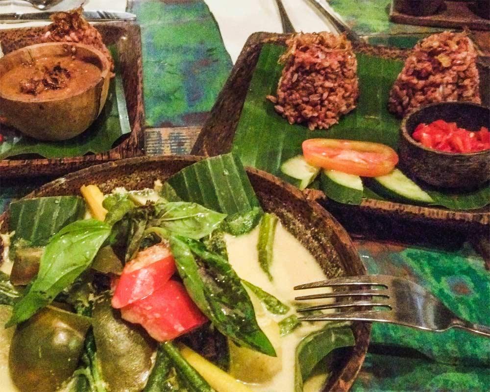 ubud tavolo con piatti pieni di cibo al ristorante atman