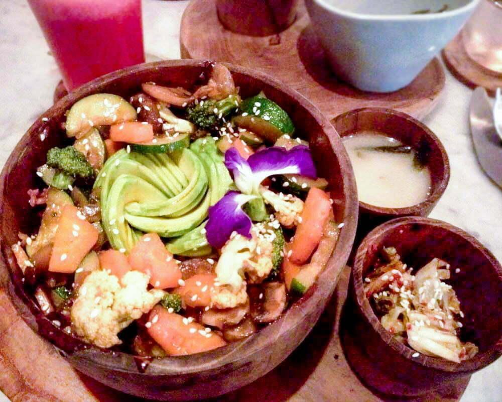 ciottola con riso e verdure al ristorante mudra