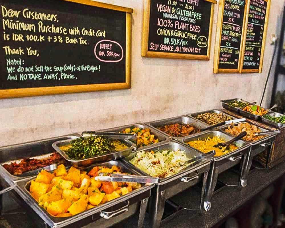 contenitori con cibo al ristorante self service sawobali a ubud