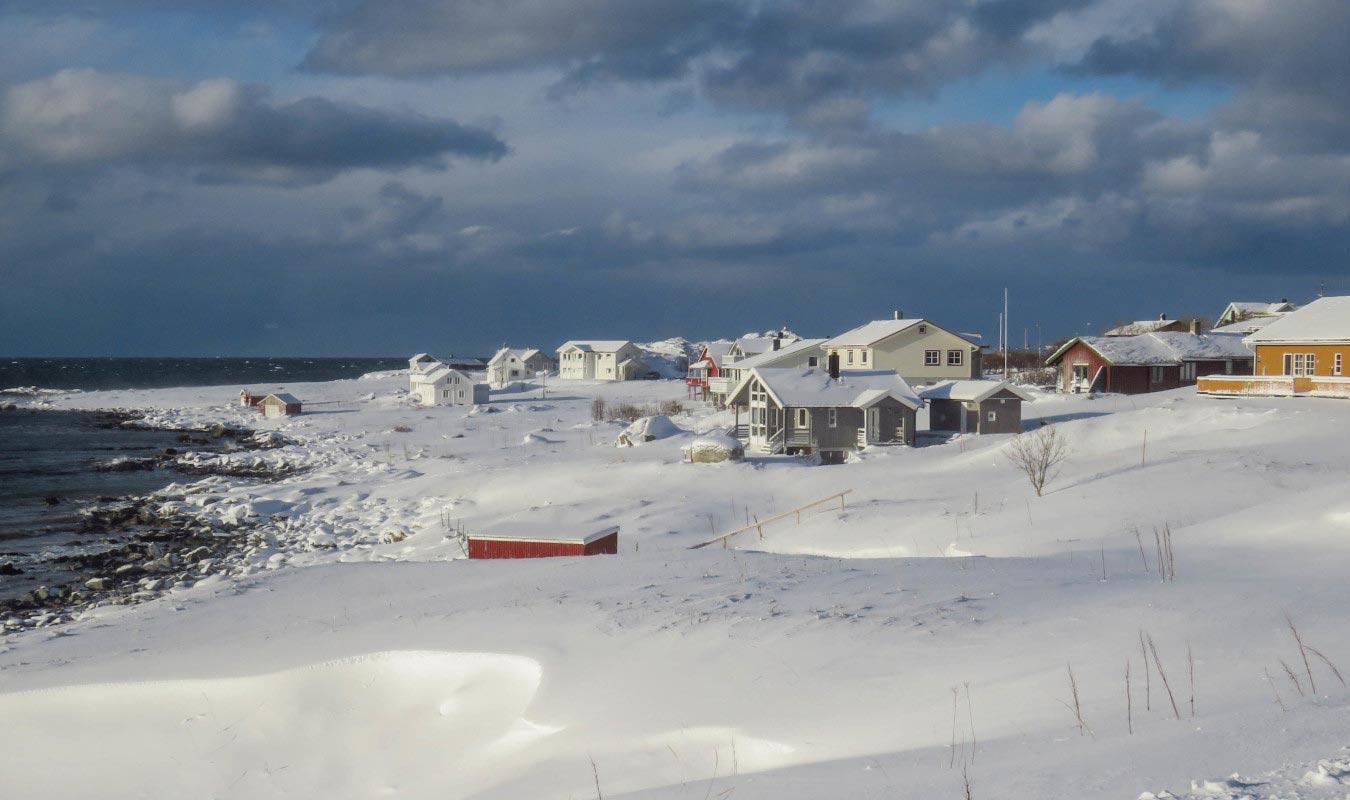 case sulla spiaggia innevata a ramberg lofoten
