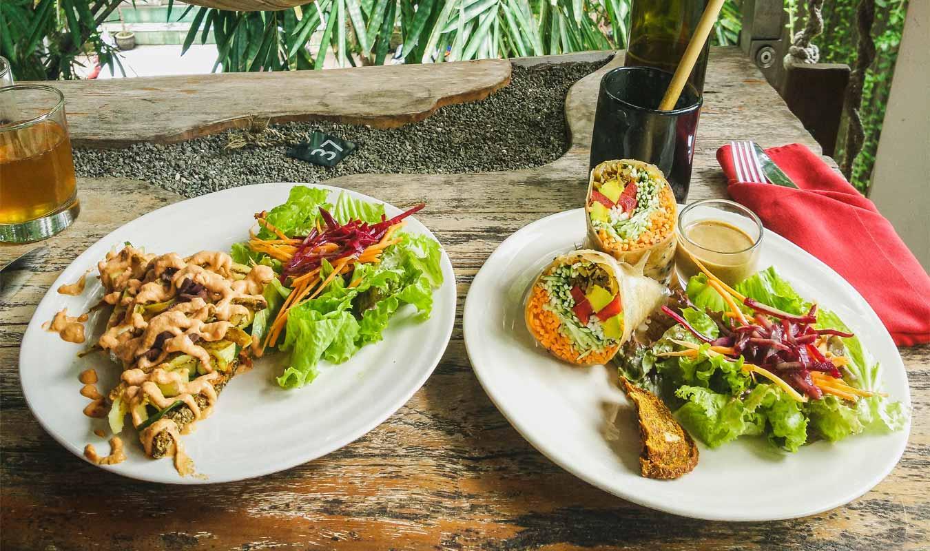 tavolo con due piatti con cibo a clear cafe a ubud