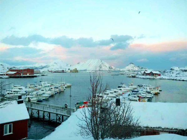 villaggio di ballstad sul mare con le montagne alle spalle in inverno