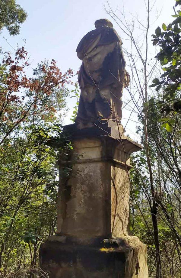 retro statua nel parco della ragnaia a compiobbi