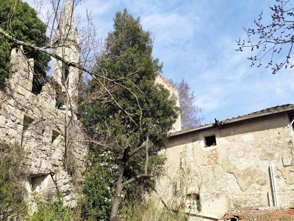 mura medievale dietro ad una casa privata