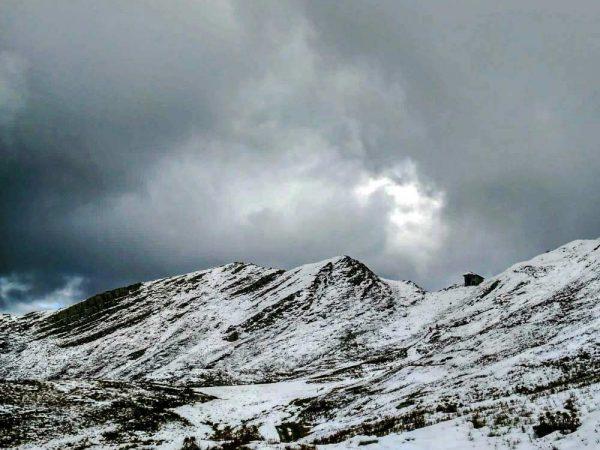 vista sulla montagna innevata e sul rifugio passo annibale