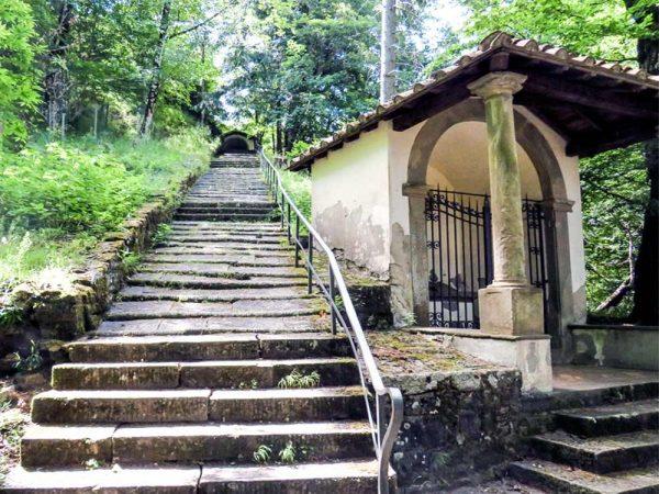 vallombrosa cappella delle colonne accanto agli scalini nel bosco che portano alla cappella del beato migliore