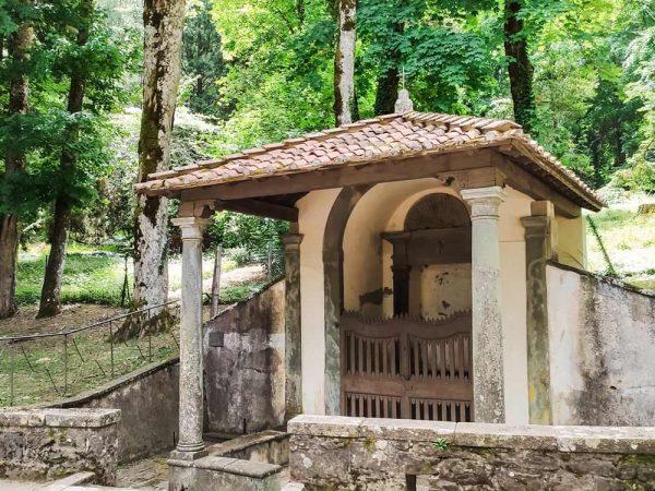 cappella di san girolamo col il bosco alle spalle vicino all'abbazia di vallombrosa