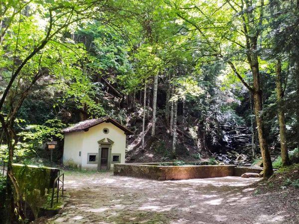 cappella san torello nel bosco accanto alla cascata vicino all'abbazia di vallombrosa