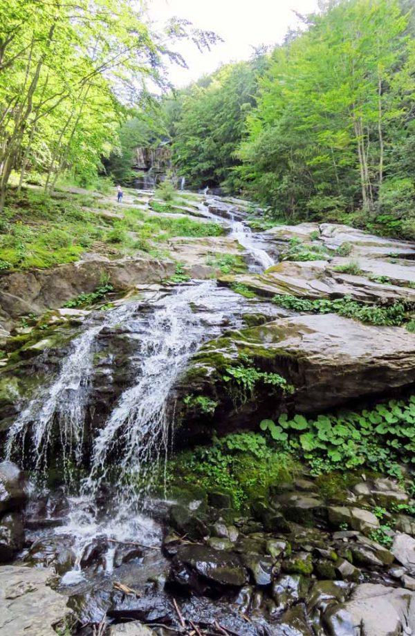 cascata del doccione circondata dai alberi verdi