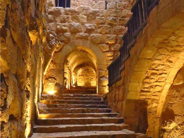 scalinata interna illuminata nel castello di ajlun in giordania