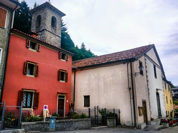 palazzina rossa con chiesa accanto a orsigna