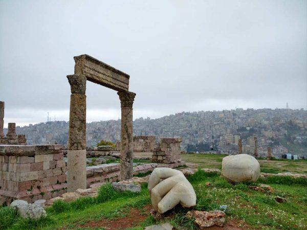 resti di tempio e sculture nella cittadella ad amman