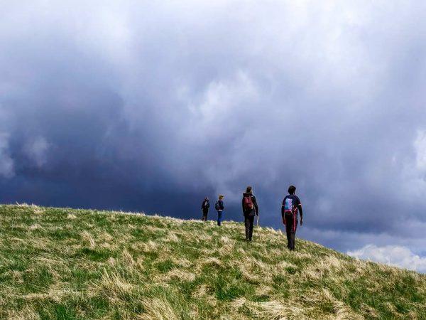 quatro persone in cima alla collina