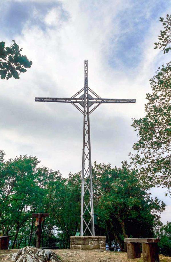 croce in ferro su monte citerna con alberi intorno