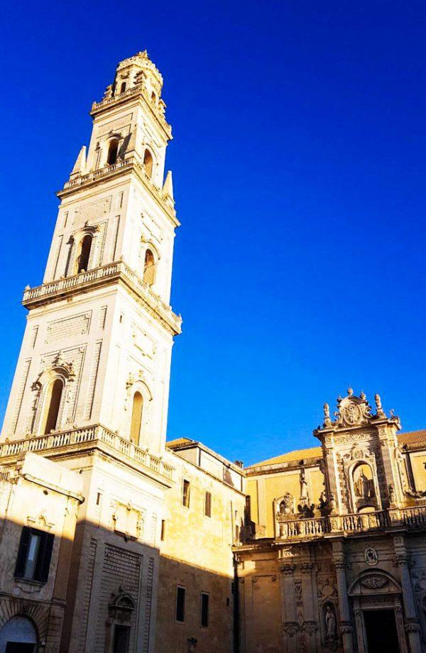 il campanile del duomo di lecce con cielo blu sullo sfondo