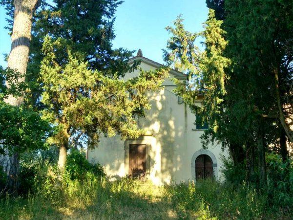 facciata della chiesa di san niccolò a torri circondata da alberi