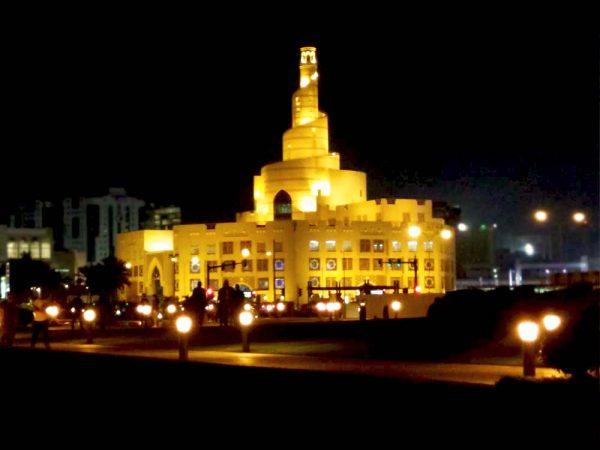 costruzione a spirale illuminata di notte che ospita il fanar qatar islamic center