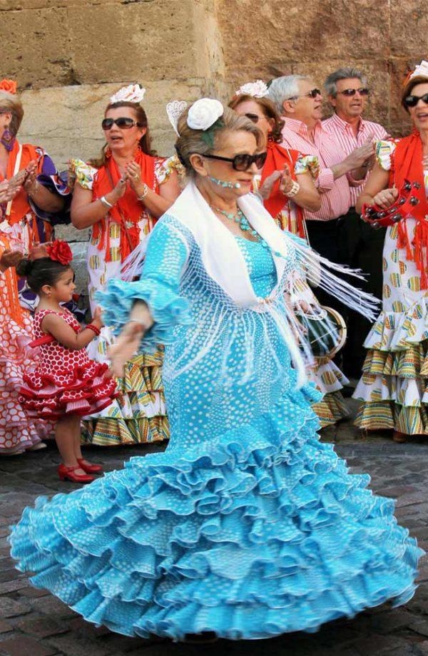 danzatrici di flamenco sulla strada a siviglia