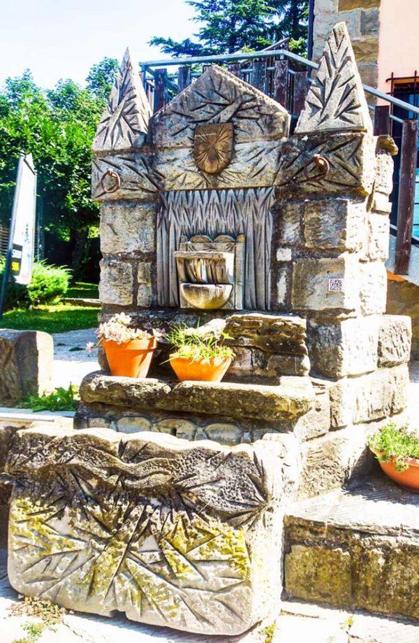 fanano fontana in pietra in piazza rinaldi