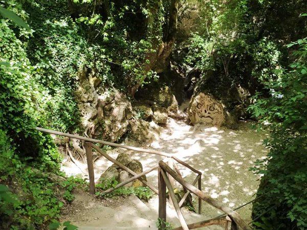 volti scolpiti sulla pietra nella fossa dei mostri sul sentiero li vurgacci