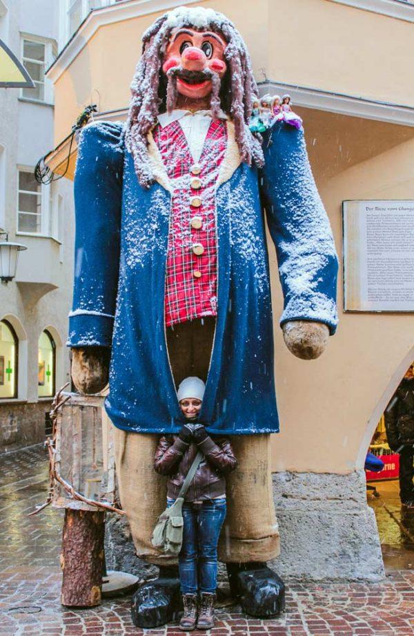 indiana gio in inverno che si copre con la giacca di una mascotte gigante