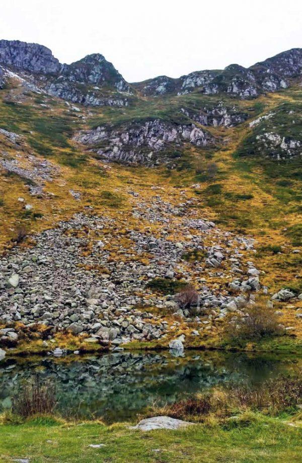 lago turchino alle pendici della montagna