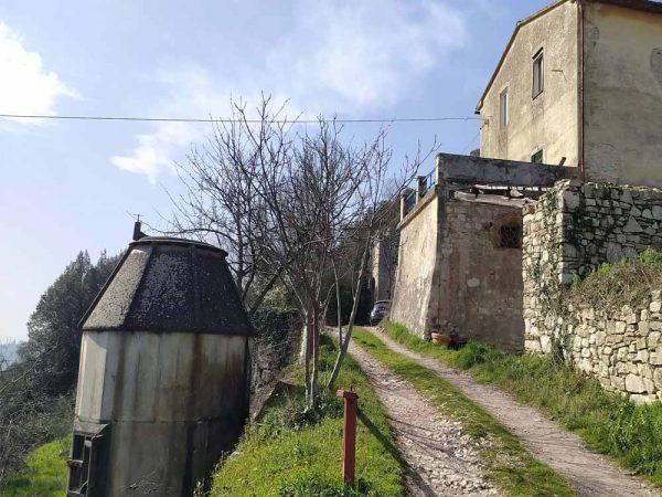 colombaia di fronte una casa privata a compiobbi
