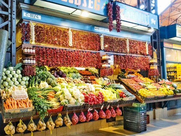 bancarella con frutta e verdura al mercato cemtrale di budapest