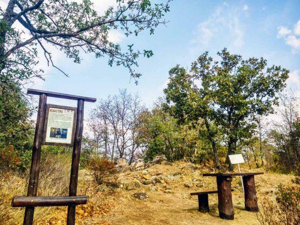 rovine del vecchio monastero sant'agostino su monte citerna con cartello esplicativo