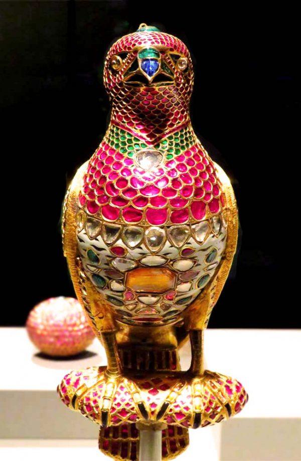 gioiello raffigurante un uccello tempestato di pietre preziose al museo d'arte islamica a doha