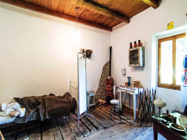 stanza adebita a museo con ogetti della guerra all'interno del museo della linea gotica pianosinatico