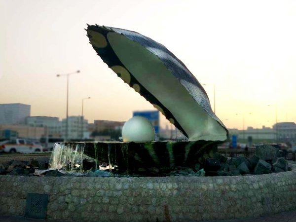 scultura raffigurante un'ostrica gigante lungo corniche a doha