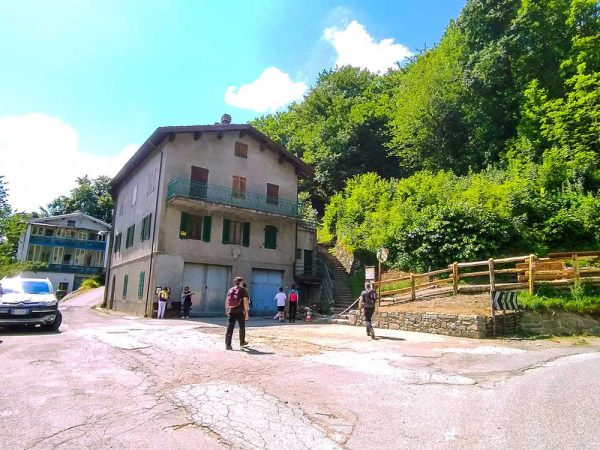 pianosinatico inizio sentiero della linea gotica accanto ad una villa