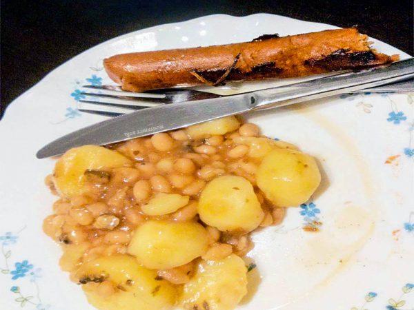 piatto con patate e fagioli e salsiccia vegana