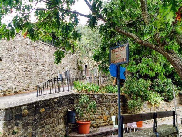poggio alla croce piazza del giaggiolo accanto all'inizio del sentiero naturalistico