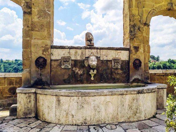 fontana di 7 cannelle a pitigliano città del tufo