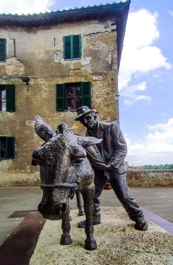 scultura con asino e contadino sulla terrazza panoramica al villano a pitigliano