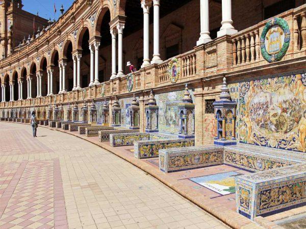 panchine decorate con azulejos in piazza de spagna siviglia