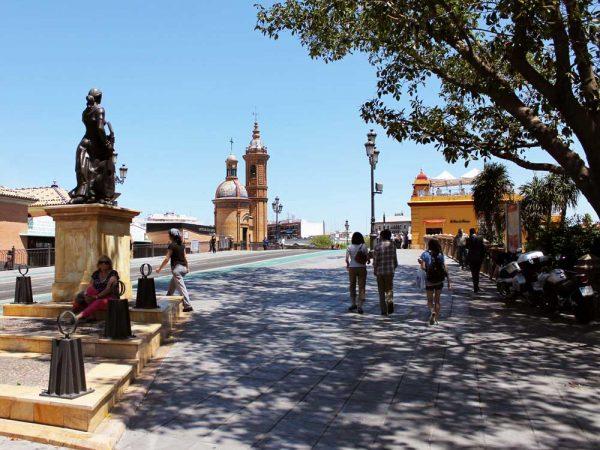 piazza del altozano a siviglia con scultura e alberi