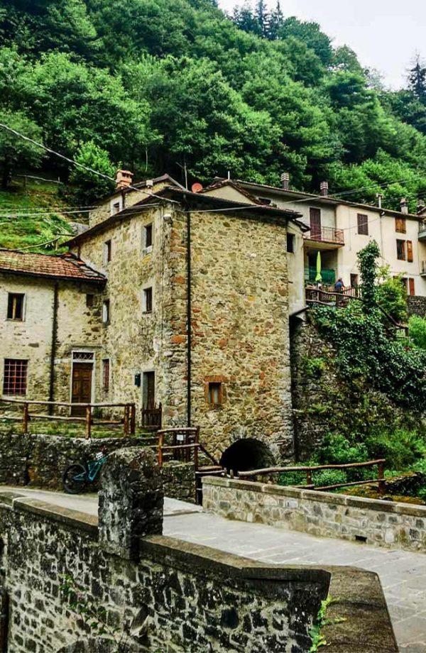 case con ponte in pietra davanti a orsigna