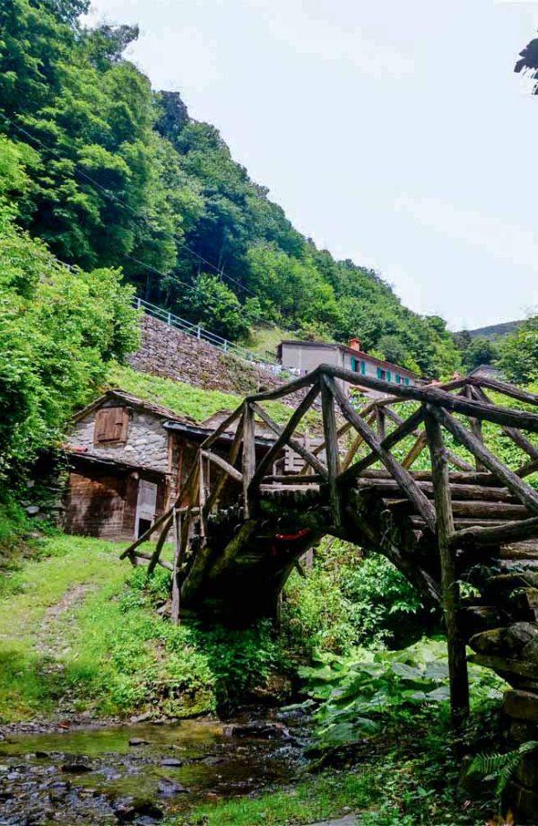 seccatoio di castagne con ponte davanti a orsigna