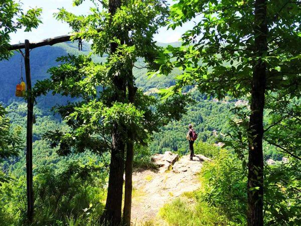 persona che ammira il paesaggio dalla postazione balzo dell'acquila nel bosco