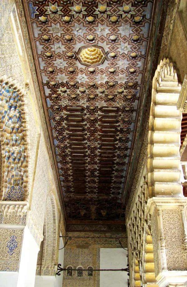dettaglio di soffito decorato nel palazzo real alcazar a siviglia