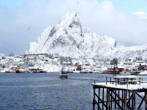 villaggio sul mare con le montagne alle spalle in inverno alle isole lofoten
