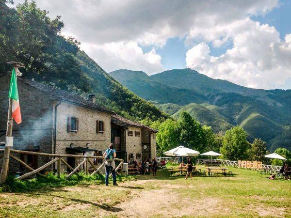 rifugio i taburri circondato dai boschi