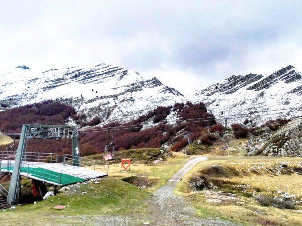 seggiovia con le montagne alle spalle presso rifugio le terrazze val di luce
