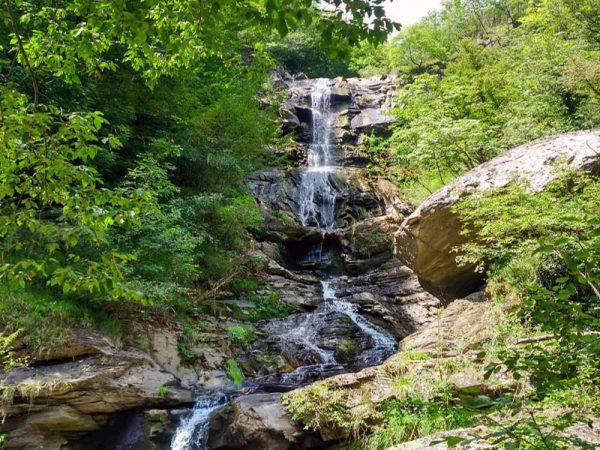 cascata della rovinaccia con alberi dal lato